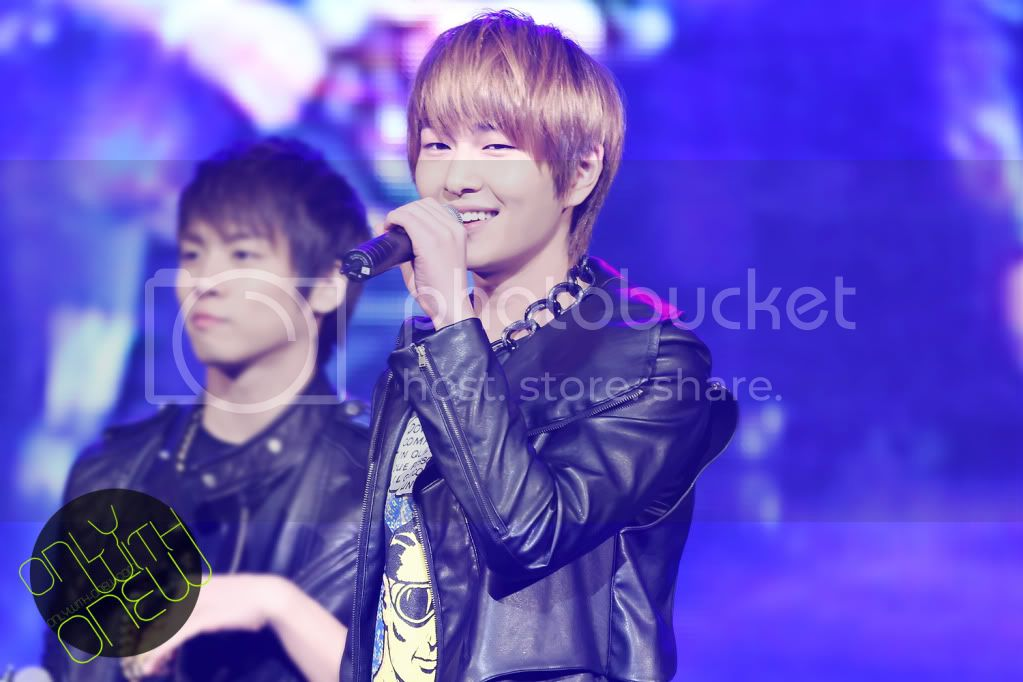 http://i619.photobucket.com/albums/tt271/weareshining/ONEW_04/113C8D4F4EC7C3BA1A56F9.jpg